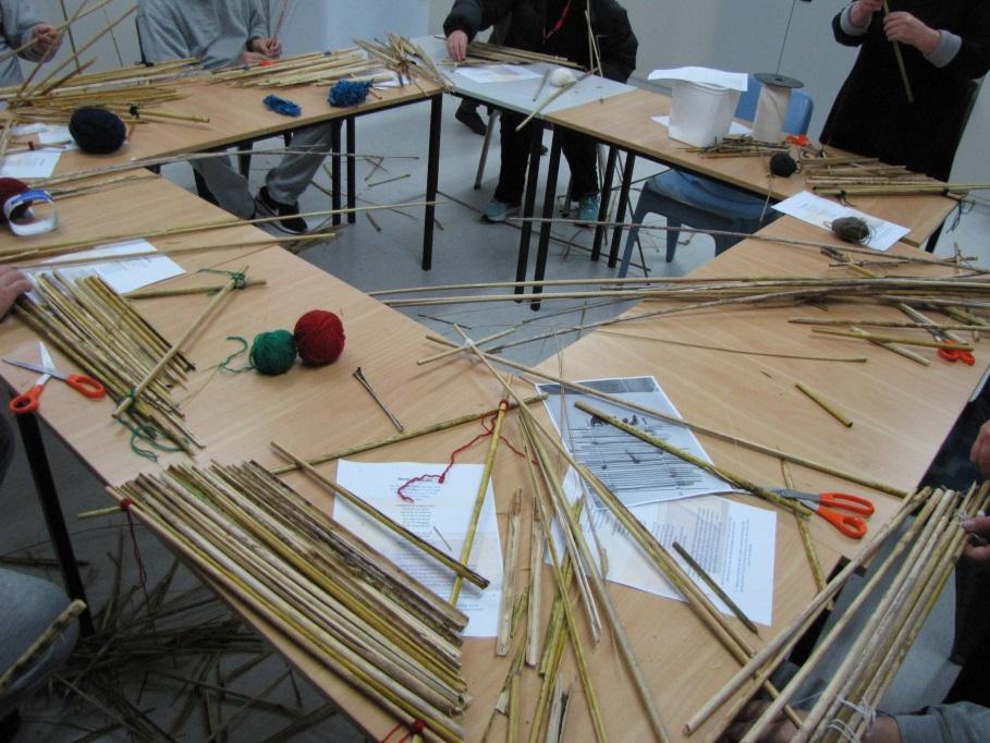 Men making the manu tukutuku (kites).